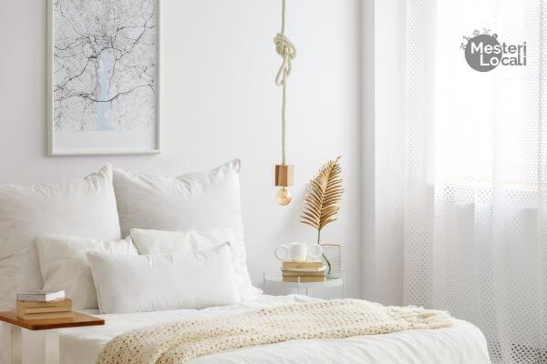 amenajare dormitor alb tablou alb pat alb