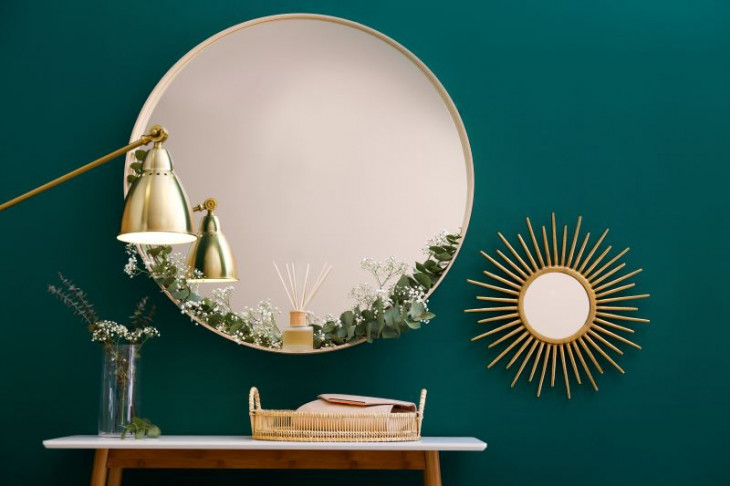 perete verde stil auriu oglinda rotunda lampa aurie