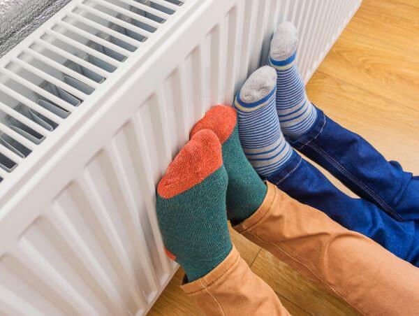 picioare pe calorifer ciorapi colorati