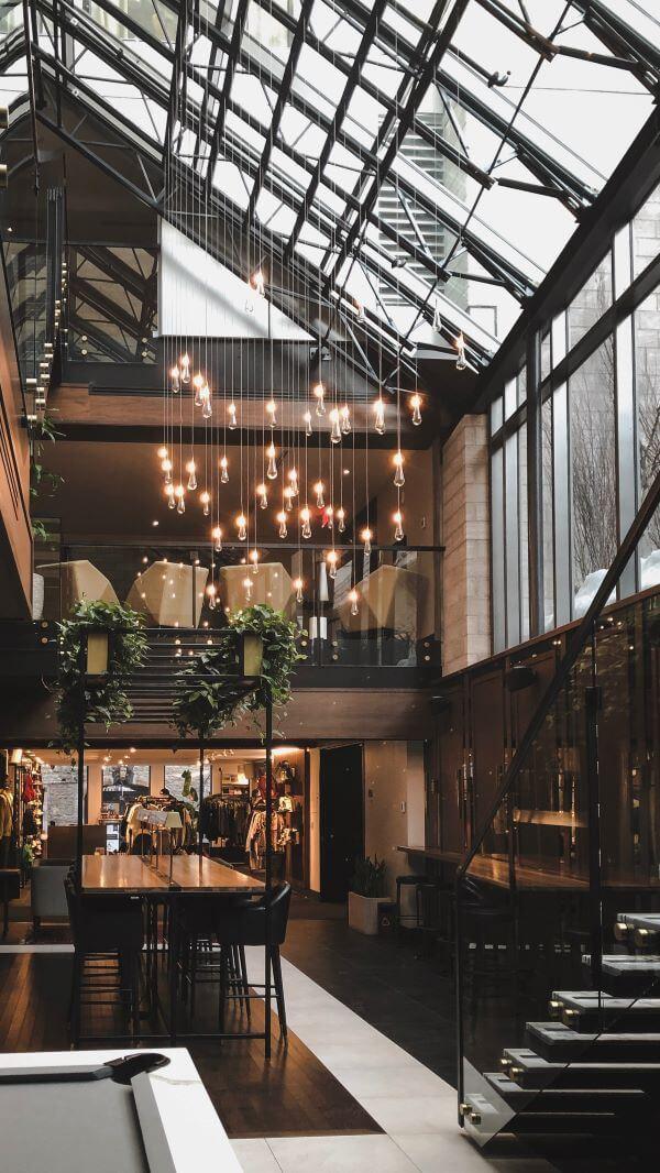 arhitectura moderna ferestre tavan lumini drops