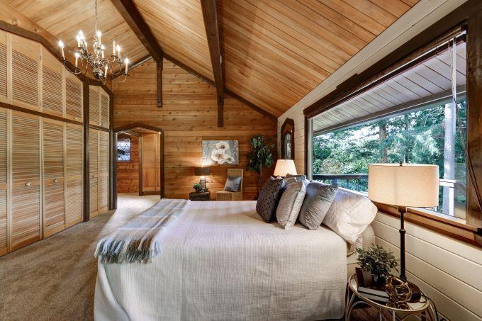 lambriu lemn tavan dormitor pat alb camera culoare lemn maro