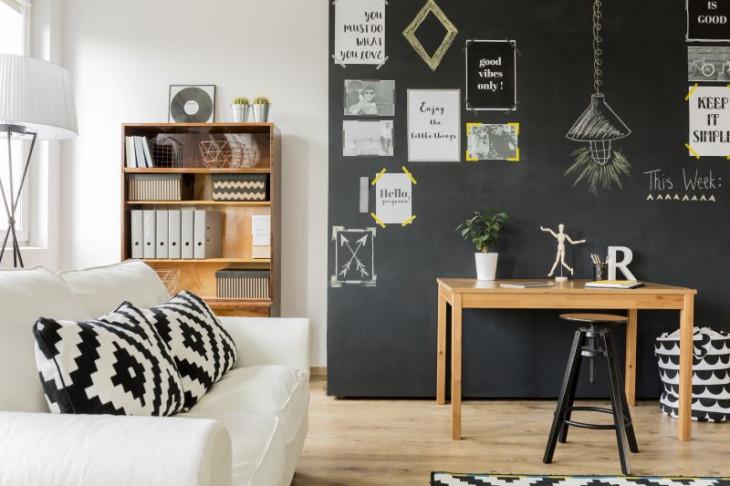 perete negru creta scris creta perete masa lemn canapea alba