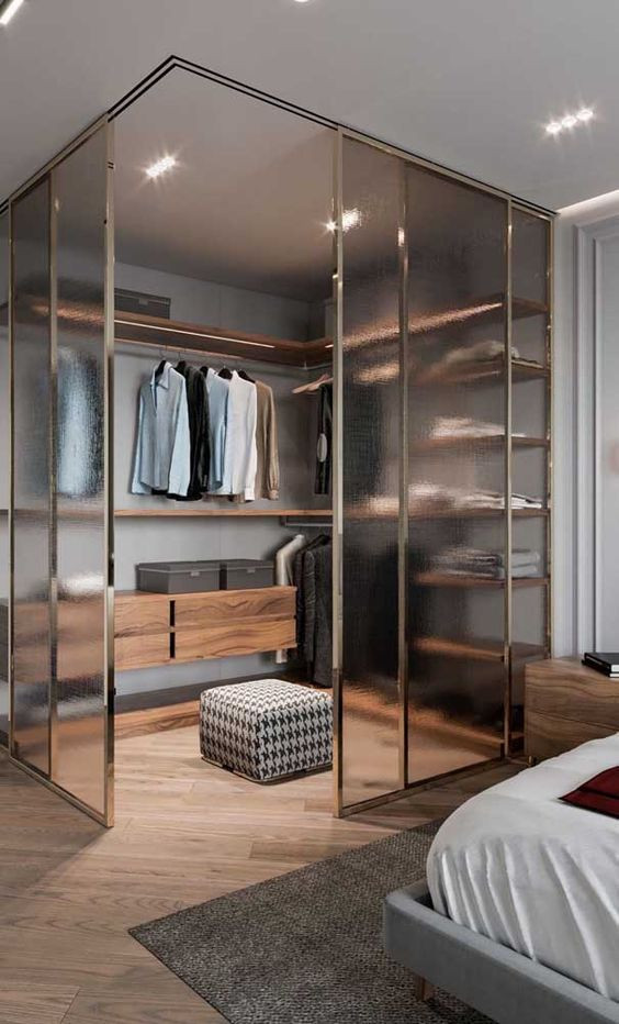 dressing dormitor pe colt cu usi glisante din sticla