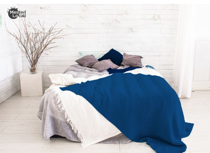 dormitor alb patura albastra