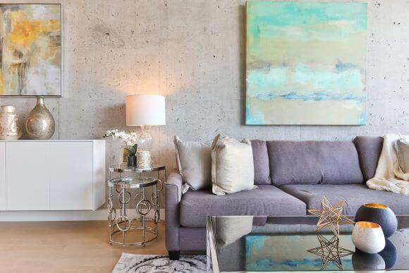 living colorat canapea indigo perne beige tablouri colorate