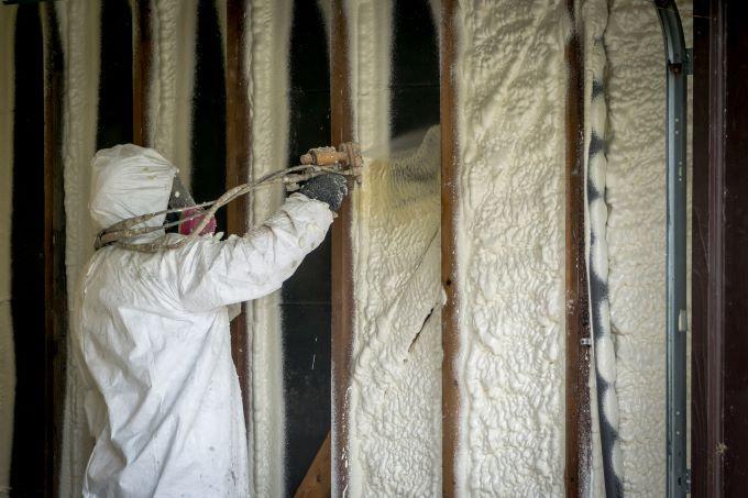 izolatie spuma poliuretanica meserias aplica in mansarda costum alb