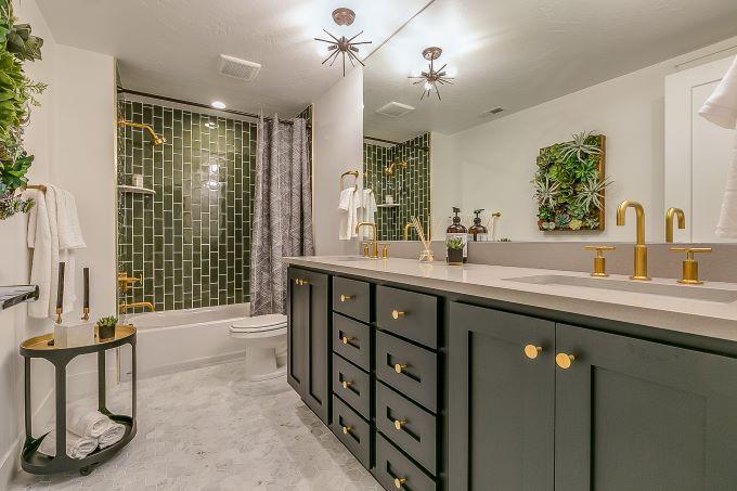 baie moderna verde faianta portelanata cada si dus accesorii aurii tablou plante