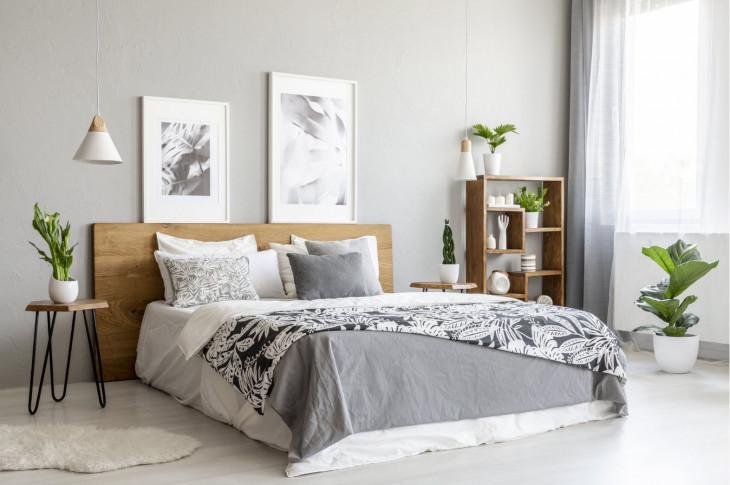 dormitor simplu lampe suspendate si plante