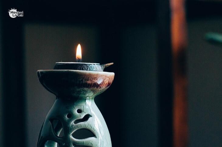 lumanare meditatie aprinsa suport gri