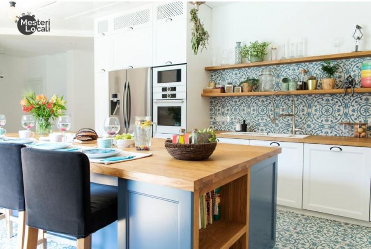 bucatarie stil grecesc gresie si faianta albastra mozaic