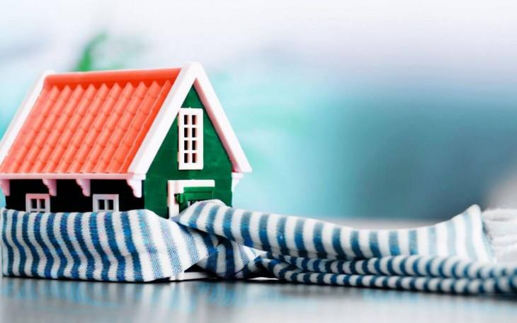 casa verde acoperis rosu fular alb albastru
