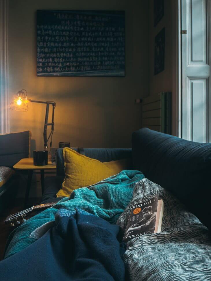 canapea patura albastra perna galbena lumina ambientala carte