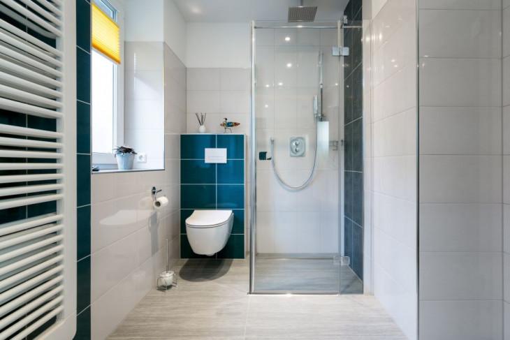 walk-in shower sticla perete faianta albastra