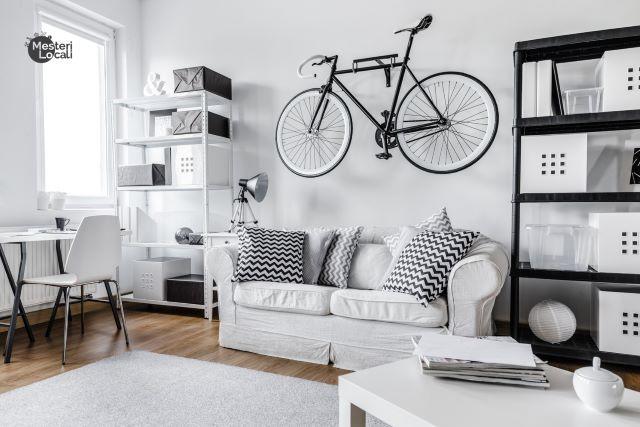garsoniera spatiu organizat canapea alba bicicleta birou living