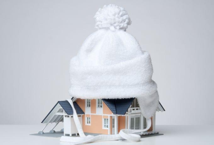 caciula alba pe casa simbolic izolatie exterioara casa