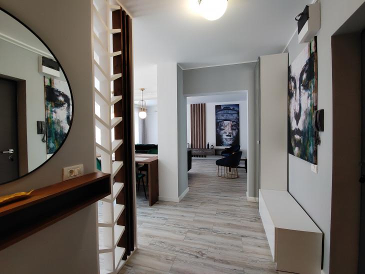 perete despartitor lemn hol open space apartament mic
